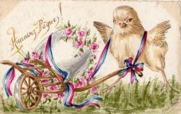 HEUREUSES PAQUES ! POUSSIN QUI POUSSE UNE BROUETTE AVEC UN OEUF RUBAN TRICOLORE PEINT A LA MAIN SIGNE MARIE BUID ? - Easter