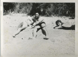 Bikini  Woman  Naked Man Lying Beach Scene - Maillot De Bain Femme Homme Nu  Plage - Old Original Photo Snapshot - Pin-Ups