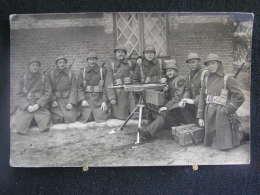 K-n°338 / Soldats, Photo  De Militaires Entourant, Les Mitrailleurs Enchaînés à Leurs Pièces De Béverloo En 19? - Leopoldsburg (Camp De Beverloo)