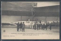 CPA 54 - Lunéville, Un Groupe D'officiers Et De Pilotes Du Zeppelin S'amuse Follement Pendant Qu'on Enquête - Luneville