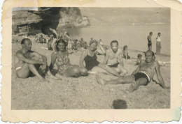 40s Swimsuit  Women And Naked Men Sitting Beach - Maillot De Bain Femmes Hommes Nu  Plage - Old Original Photo - Pin-Ups