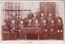 1897 - GROUPE - ECCLESIASTIQUE CURE PRETRE RELIGIEUX - PHOTO CDV SUPPORT CARTONNE GRAND FORMAT - Métiers