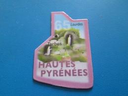 Mag516   MAGNET LE GAULOIS / CARTE DE FRANCE : Département 65 HAUTES PYRENEES + TARBES + LOURDES     Très Bon état (pour - Turismo
