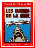 SUPER PIN´S CINEMA, Film LES DENTS De La MER : Emaillé Grand Feu Base Or Signé (R) Et (C) 1975 Univ. Pic. - Filmmanie