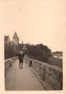 Photo Originale Jeune Homme Au Béret Sur Un Pont Passant Au Pied D'une église Vers Un Autre Pont à Identifier - Lieux