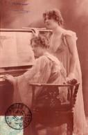 2435. CPA FEMMES AU PIANO - Femmes