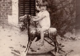 GRANDE PHOTO FILLE SUR CHEVAL A BASCULE - GIRL ON ROCKING HORSE - 16 X 11.5 CM - Photos
