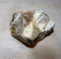 N°43 / BELLE PIERRE BLEU GRIS TRAIT BLANC 6.5 X 7 X 3 Cm Environ 158 Grammes - Minerals