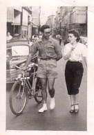 Photo Originale Vélo & Renault 4 Cv - 6 Barrettes De Calandre Et Galerie Derrière Cycliste En Mode Drague Dans Paris - Automobiles