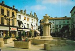BOURGOIN JALLIEU - 38 - Place Du 23 Aout 1944  - SM - - Bourgoin