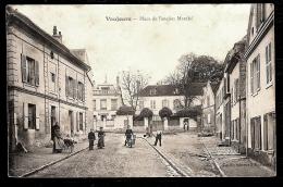 CPA ANCIENNE-  VAUJOURS (93)- PLACE DE L'ANCIEN MARCHÉ AVEC ANIMATION-  LANDAU- GROS PLAN - France