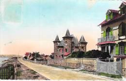 50 - BARNEVILLE SUR MER : Le Boulevard Maritime Et Le Chateau - CPSM Dentelée Colorisée Format CPA 1950 - Manche - Barneville