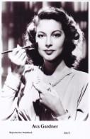 AVA GARDNER - Film Star Pin Up - Publisher Swiftsure Postcards 2000 - Postales