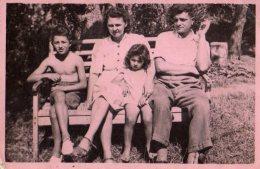 Photo Originale Famille - Parents & Enfants Sur Un Banc Vers 1940 - Anonyme Personen