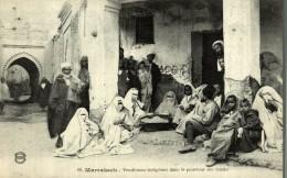 MARRAKECH - ( Maroc ) . Vendeuses Indigènes Dans Le Pourtour Des Souks - Marrakech