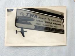 "Carte Postale Ancienne : Avion Et Panneau Indicateur ""Fly TWA Direct To America - Aviation"