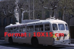 Repro Photographie D'un Bus Trolley Numéro 86 Ligne 1 Escaillon Avec Une Publicité Schneider Et République Toulon Matin - Reproductions