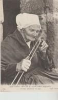 Coutumes  ,Moeurs  Et  Costumes  De  Bretons   ---Femme   Allume  Sa  Pipe - Autres