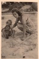 Photo Originale Plage Et Maillot De Bain - Mère Et Fille En Maillot Jouant Au Sable Avec Une Bouteille - Pin-ups