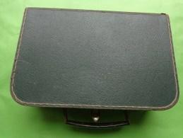 Valise De Couture En Carton  Coloris Vert  Poignee Fer 23x15.5cm Pour Poupee - Boîtes/Coffrets