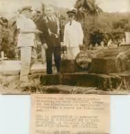 """PHOTO ORIGINALE / ILES MARQUISES """"La Tombe De Gauguin Au Cimetière D'Atuona, 1963"""" + Carte De Visite Ministre De L'Outre - Other"""
