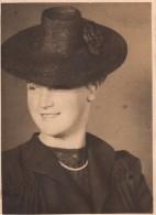 Photo Originale Femme - Portrait - Belle Jeune Femme Au Chapeau Le 21.08.1941 - Tampon - Anonieme Personen