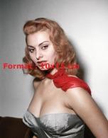 Reproduction D'une Photographie D'un Portrait De La Jeune Sophia Loren Pulpeuse Avec Une Robe Et Foulard Rouge - Reproductions