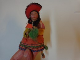 Petite Poupee H 10cm Folklorique Pays A Identifier (perou-mongolie ????)tete En Terre Cuite-membres En Fil De Fer - Autres Collections