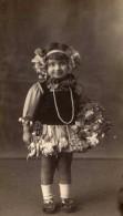 Foto Di Bambina In Maschera Con Dedica Sul Retro - Gehandtekende Foto's