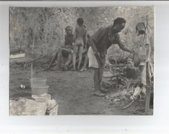 AFRIQUE CUISINIER A L´OUVRAGE ET HOMMES ET ENFANT DISCUTANT PHOTO ANNEES 50 - Africa