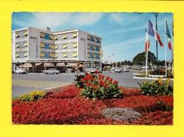 CPSM 17 Royan Hotel Girondins Massifs De Fleurs A L'entrée De La Tache Verte 1975 - Royan