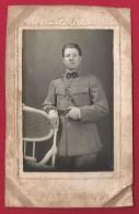 Photographie Studio D´un Militaire - Insignes 1 Sur Le Col Du Soldat - Cliché Anonyme - War, Military