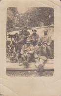 CPA PHOTO. MILITAIRE EN PAUSE. ARME.  MITRAILLETTE .mitrailleuse. 106e RI GUERRE 1914 1918 - Guerre 1914-18