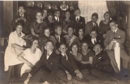 Photo Originale Fête De Jeunes Gens Dans La Maison Rosenthal En 1918 - Personnes Identifiées Au Dos Et étains - - Personnes Identifiées