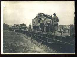 GUERRE 14/18  - EMBARQUEMENT DES CHARS SUR UN TRAIN - TANK, BLINDE, CHEMIN DE FER - Guerre, Militaire
