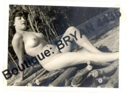 JEUNE FEMME NUE -PHOTOGRAPHIE D´EPOQUE (12 X 9 Cm) - CURIOSA - PHOTOGRAPHE ANONYME. D2BUT DES ANN2ES 60 - VOIR SCAN. - Beauté Féminine (1941-1960)