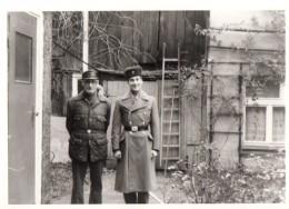 Photo Originale Militaire - Garde Frontière De L'Allemagne De L'Est - Avec Chapka Et Uniforme & Son Père - Guerre, Militaire