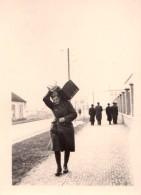 Photo Originale Guerre 39-45 - Portrait D'un Jeune Soldat De Retour La Caisse Chargée De Cadeaux - - Guerre, Militaire