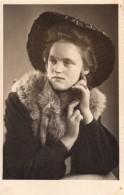 Carte Photo Originale Femme - Portrait - Belle Jeune Femme Avec Chapeau & Renard En Mai 1942 - Personnes Anonymes