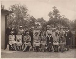 Photo Originale Jeunes Femmes à L'Honneur Avec Prêtre, Et Jeunes Hommes Vers 1930 - Personnes Anonymes