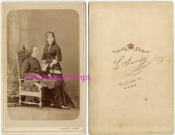 Vers 1880 Grand CDV (Cabinet) Très Belle Photo Prêtre? Et Femme Très élégante-mode-photo L. Suscipj-Roma-Italie - Antiche (ante 1900)