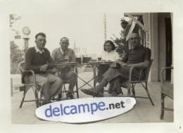 PHOTO  VERITABLE -  BERVILLE  (76)   Terrasse De Café -  Pompe à Essence Esso  (2,65F Le Litre)  17 Juin 1934 - Lugares