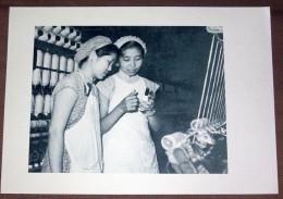 Chine China Fileuse à L´Usine Textile N°17 De Shanghai - Fiche Héliogravure 1956 , 18X26 Cm - Histoire
