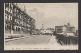 DF / ALGERIE / ALGER / LE BOULEVARD ET L'HÔTEL DE VILLE, LE 14 JUILLET / DRAPEAUX / CIRCULÉE EN 1911 - Algiers