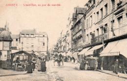 3196. CPA LISIEUX. GRAND'RUE UN JOUR DE MARCHE - Lisieux