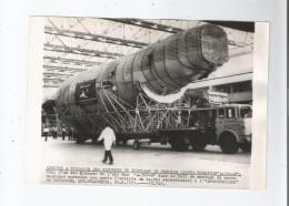 PHOTO DE L´ARRIVEE A TOULOUSE DES ELEMENTS DU FUSELAGE DU PREMIER AIRBUS A 300 B (1971) PHOT AFP - Aviation