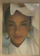 Jolie CP Sade - Chanteuse Spectacle Musique Chanson Chant ... Photo Ch. Roberts - 1987 - Artistes