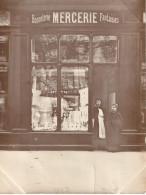 Photo Ancienne Sépia Beau Cliché D'une Mercerie Bonneterie Avec Ses Propriétaires Commerce - Photos
