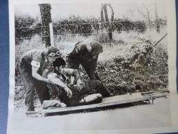 Photo PRESS SOLDAT CANADIEN BLESSE POCHE DE FALAISE  26 AOUT 1944 WWII SNIPPER - Guerre, Militaire