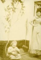Vie Quotidienne En France Mere Et Fillette Jouant Ancienne Photo Amateur 1900 - Anonymous Persons